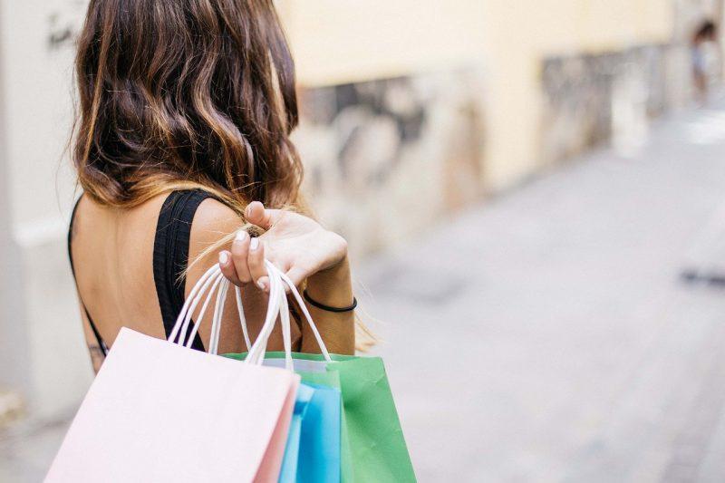 Zakupy kosmetyczne – online czy stacjonarnie?
